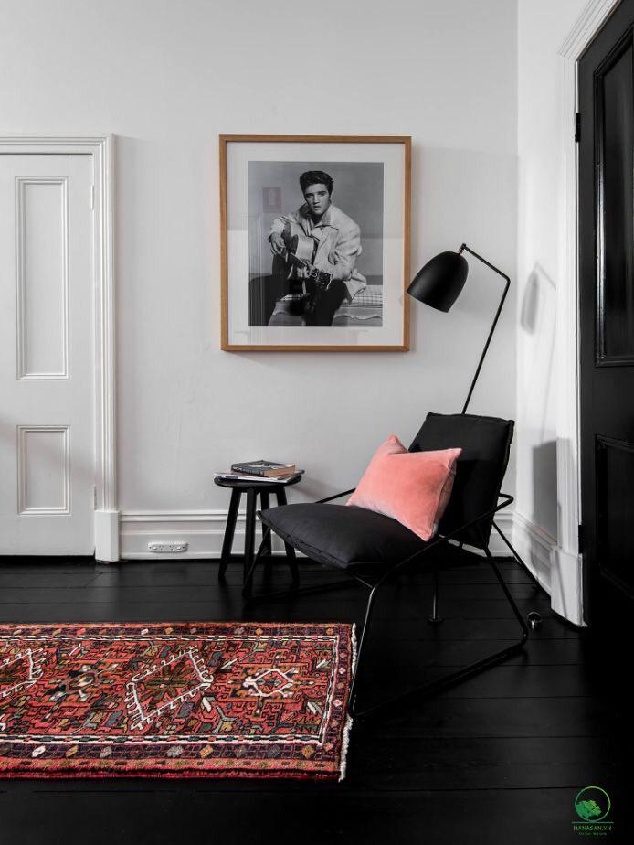 sàn gỗ màu đen kết hợp tường trắng